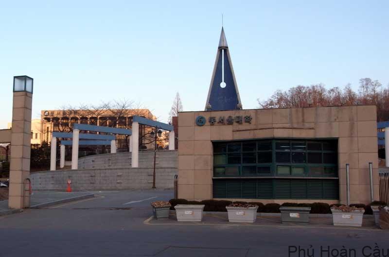 Ban đầu, trường Dong Seoul chỉ có 880 sinh viên nhưng sau đó, số lượng sinh viên đã tăng lên rất nhiều