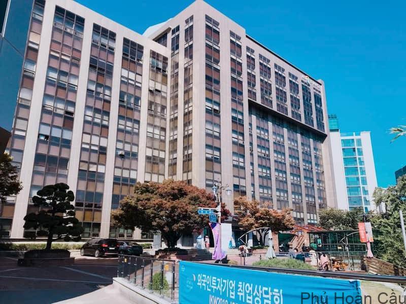 Đại học Kyonggi cách đại học Ajou không xa