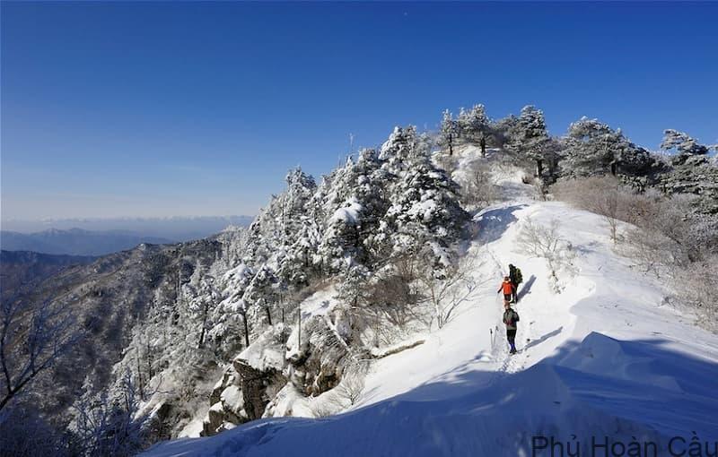 Đỉnh núi Cheonwangbong thuộc tỉnh Gyeongnam