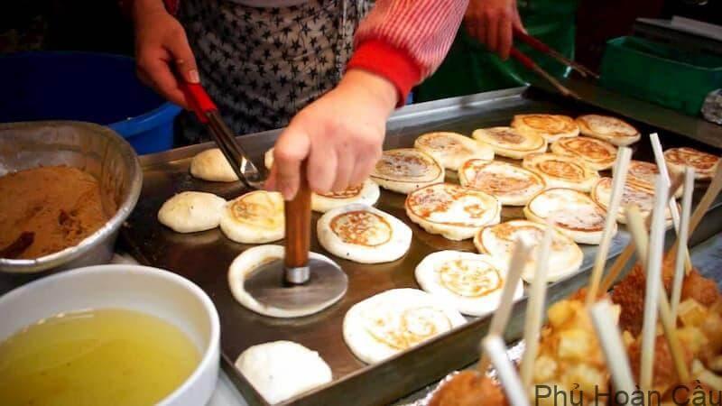 Hotteok - bánh ngọt Hàn Quốc nổi tiếng trên đường phố