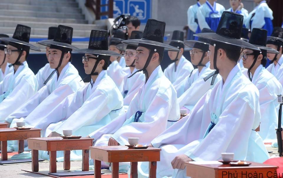 Trong lễ trưởng thành ở Hàn Quốc, nam nữ đều phải tuân thủ theo trang phục truyền thống