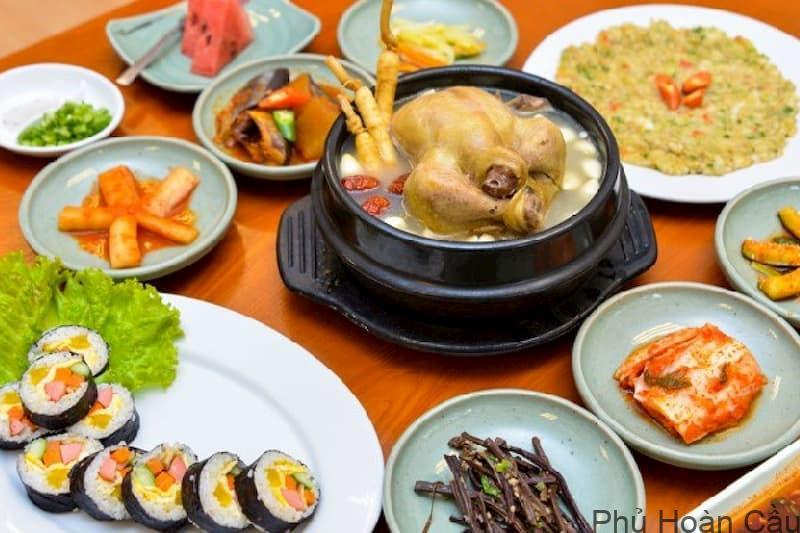 Quán gà hầm sâm Hàn Quốc rất đông vào mùa hè