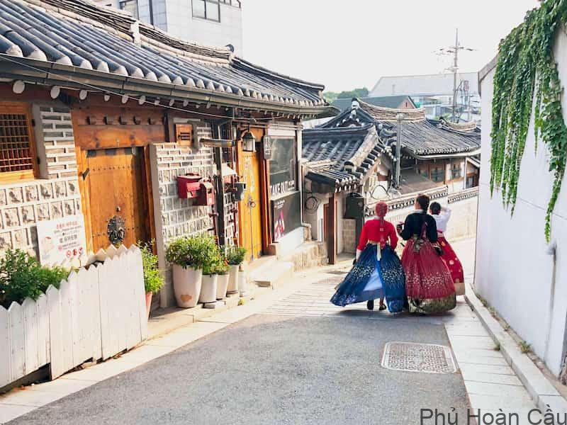 Thuê hanbok ở làng Bukchon Hanok được hầu hết du khách quốc tế lựa chọn