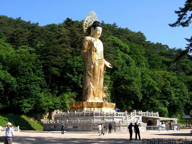 Vườn Quốc gia Songnisan tại Chungbuk là địa điểm nổi tiếng ở các tỉnh miền trung Hàn Quốc