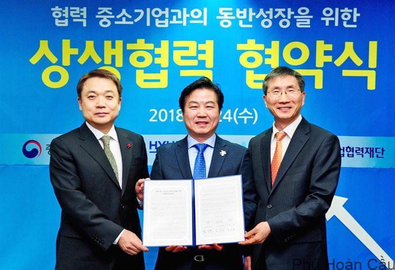 Giám đốc Hyundai Motor Jung Jin Haeng (ngoài cùng bên trái) là cựu sinh viên của trường